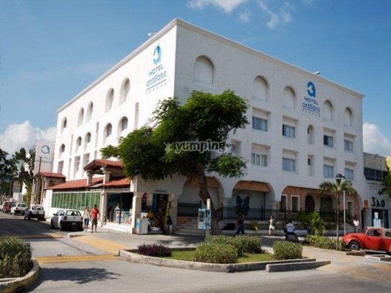 Hotel en la avenida principal