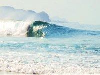Escondido bajo la ola en surf