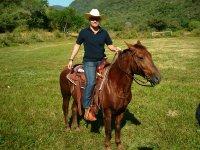 Montando a caballo en bosque