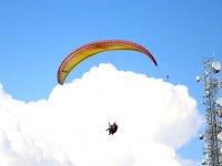Parapente con las nubes a la espalda