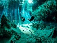 Entra a los cenotes buceando