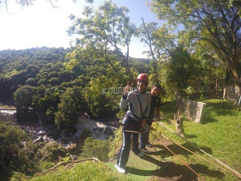 Tirolesa en el parque de aventura