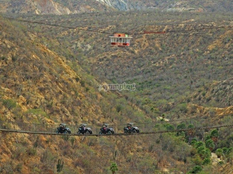 Puente colgante en el canyon