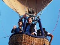 Enamorados saludando desde el globo