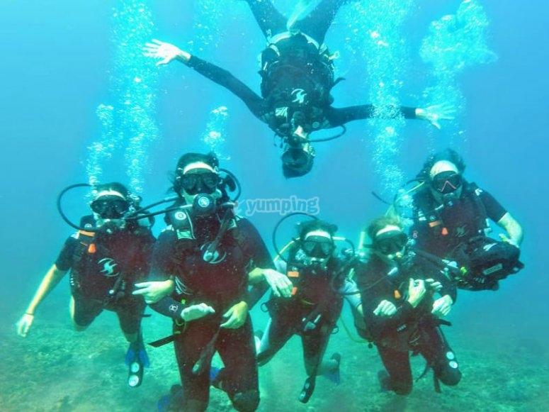 Grupo del curso Scuba Diver disfrutando de las inmersiones