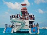 Fiesta en catamarán en Isla Mujeres