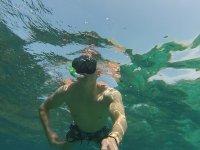 disfrutando de un momento bajo el agua