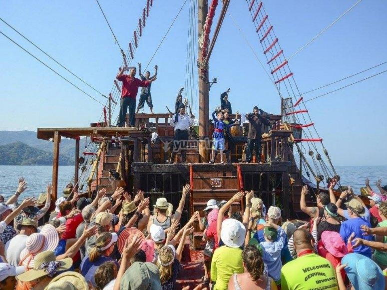 Vive el show de piratas en el barco