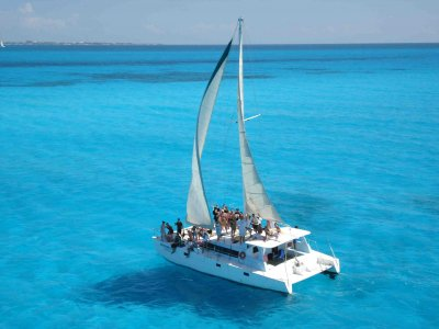 6h catamaran journey in Isla Mujeres + meal