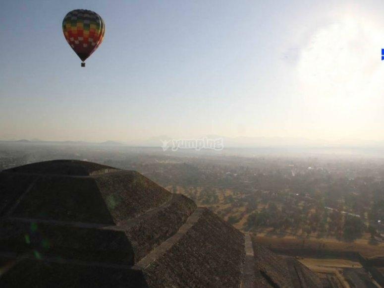 Volando en Teotihuacán