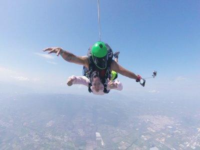 Salto en paracaídas en Celaya fotos a dos cámaras
