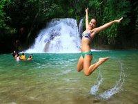 nadando en cascadas