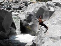 rappel en el rio