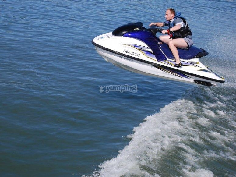 Disfruta de la adrenalina a bordo de una moto acuática