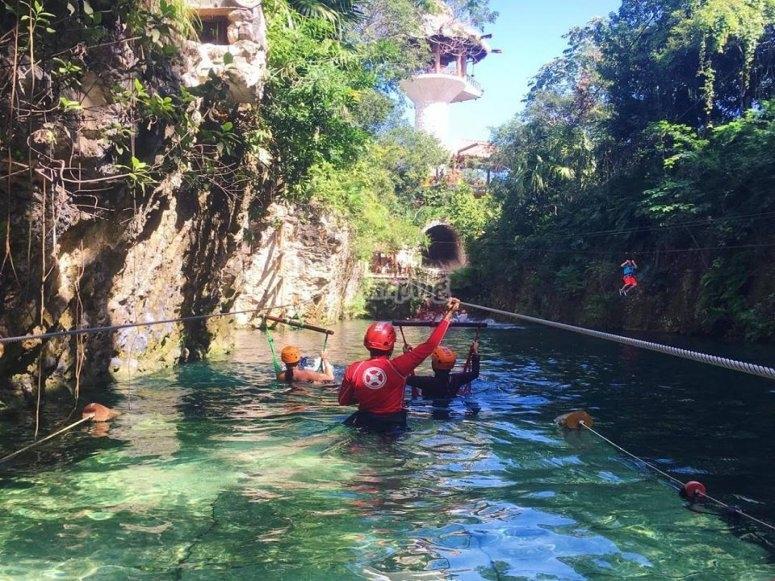 Tirolesa en el agua
