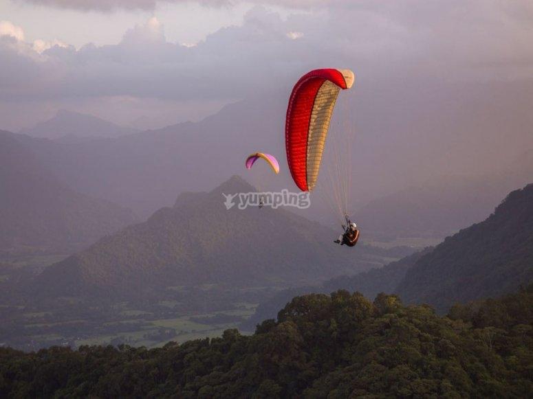 Volando en parapente sobre las montañas
