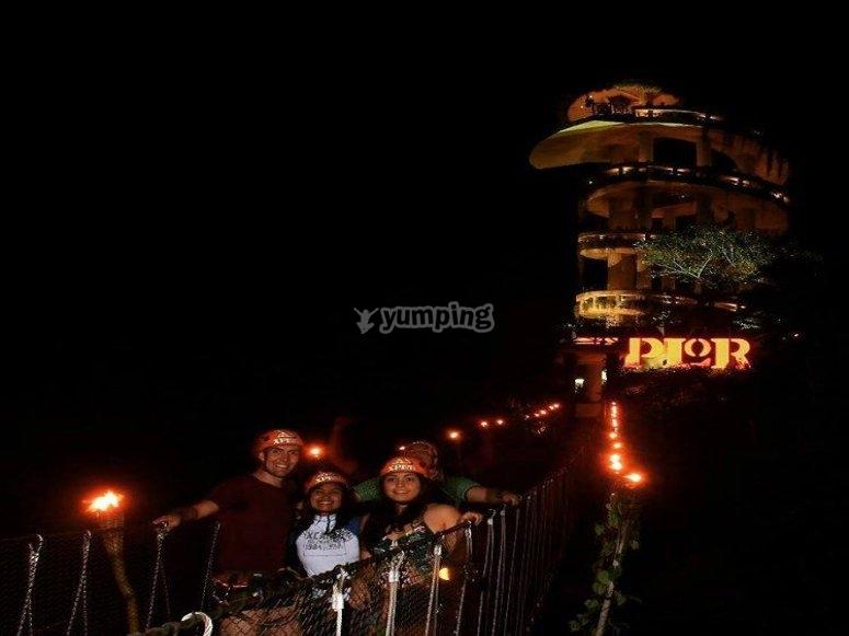 Tirolesa en la noche