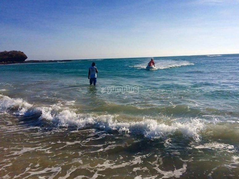 Recorre la playa
