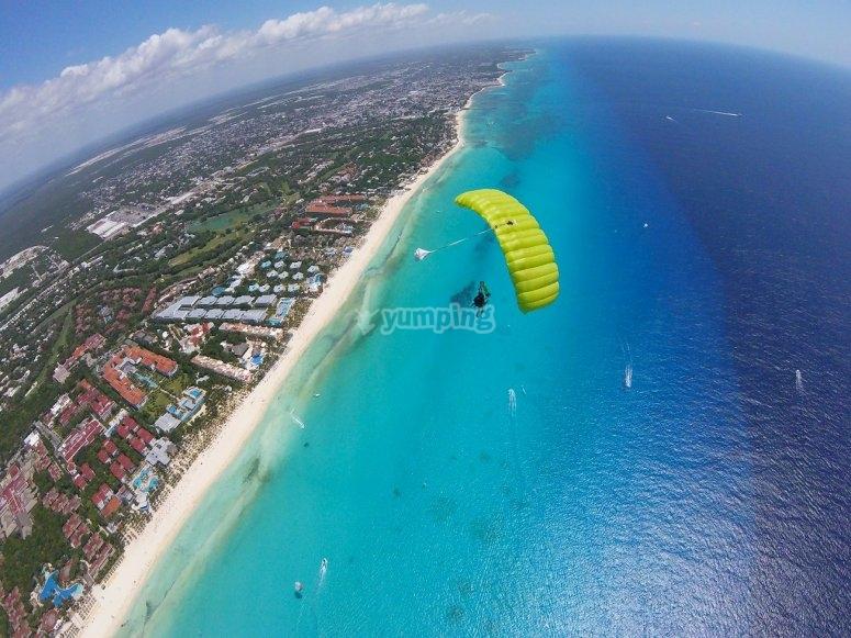 Acercandose al mar en paracaidas