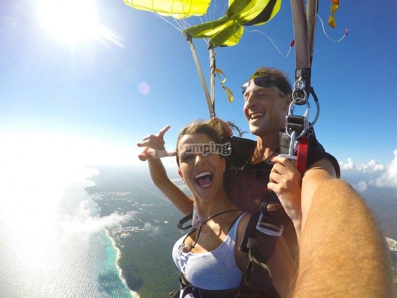 Apertura del paracaidas sobre Playa del Carmen