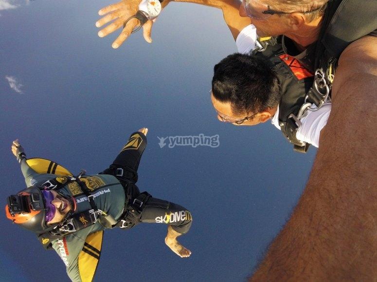 Descendiendo con instructor y paracaidista con camara