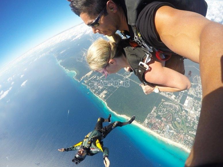 Salto tandem y paracaidista con camara