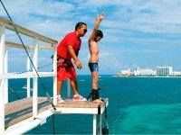 Niño saltando en bungee