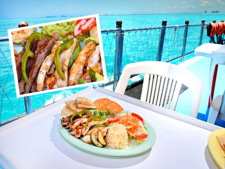 Comida buffet en la embarcacion