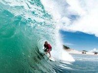 Explorando las olas con surf