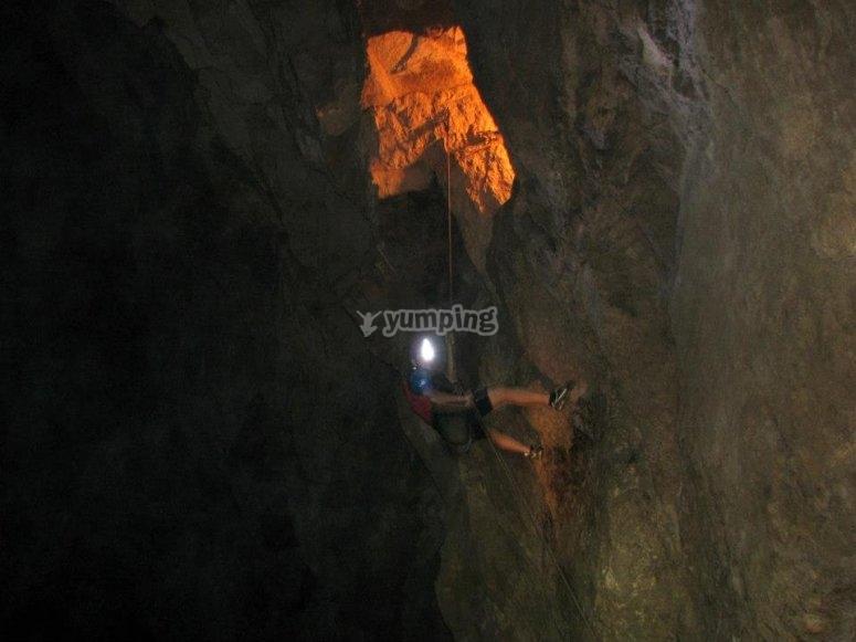 Baja con todos nosotros la cueva