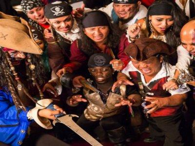 Paseo en barco pirata y cena estilo mar y tierra