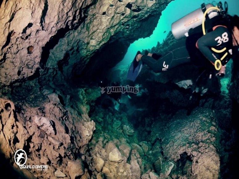 Buceando en caverna