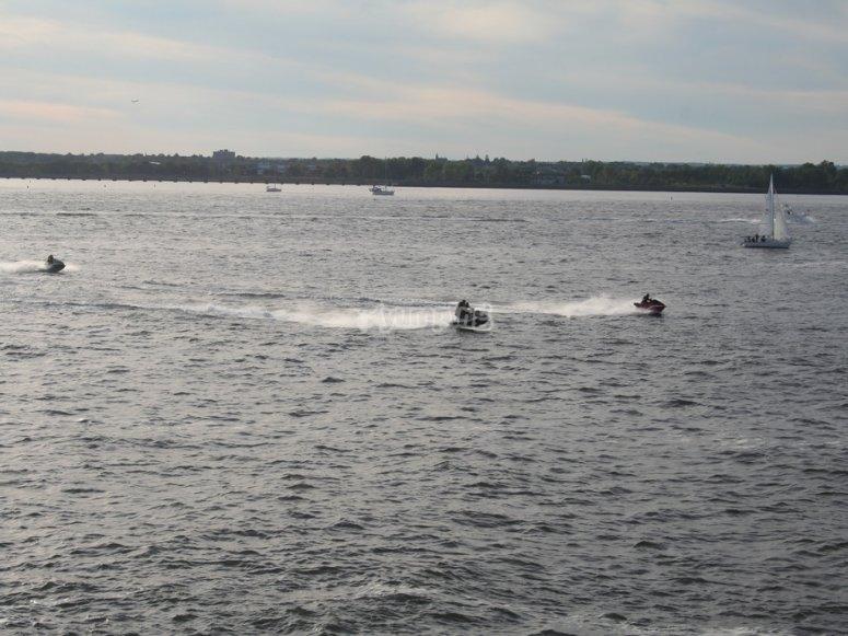 Motos de agua a lo lejos