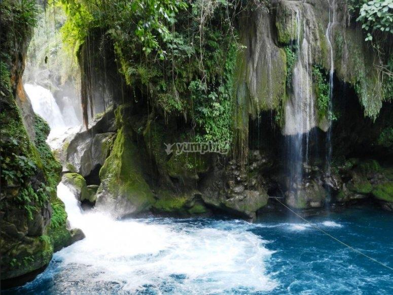 agua cayendo al rio