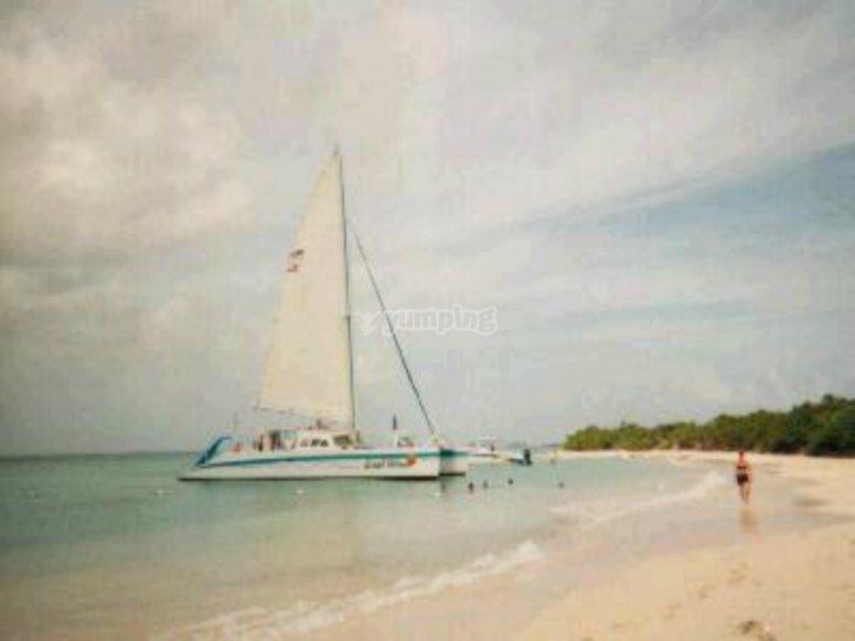 catamaran en la playa