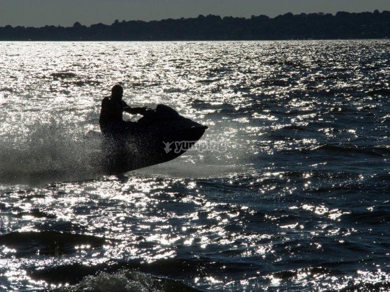 moto acuatica a contraluz