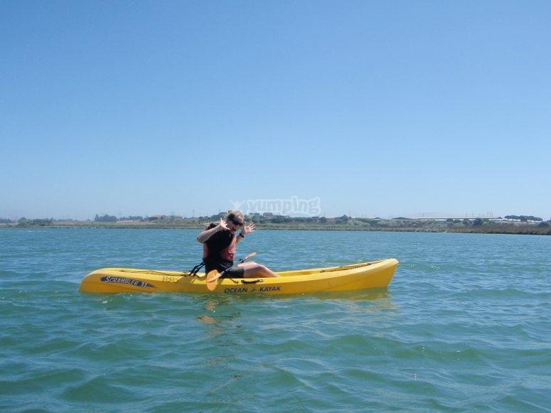 kayak en aguas azules