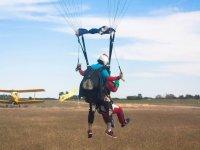 Aterrizando desde el paracaídas