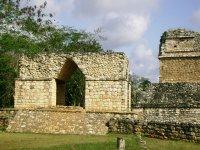 Arco de entrada a la ciudad maya de Ek Balam