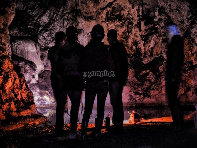 esperando en la cueva.