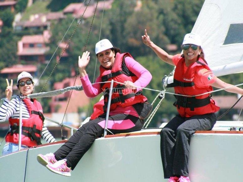 Amigos disfrutando de un paseo en barco