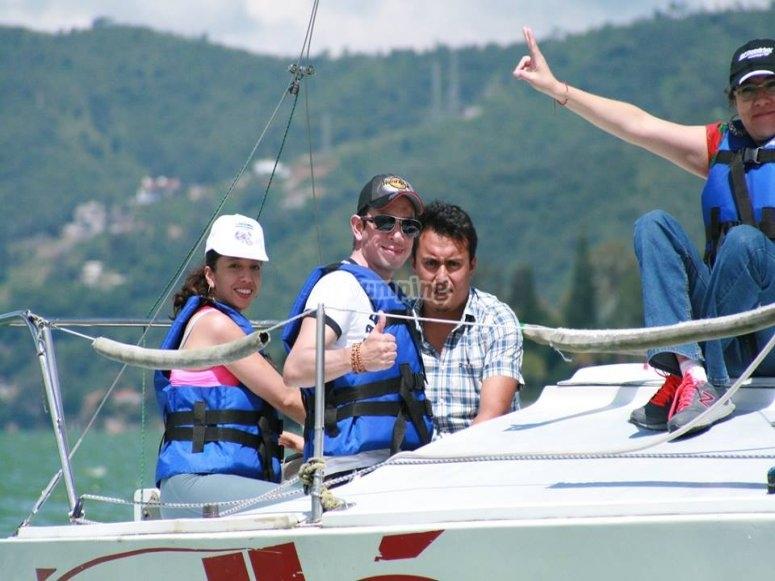 Familiares navegando en embarcación