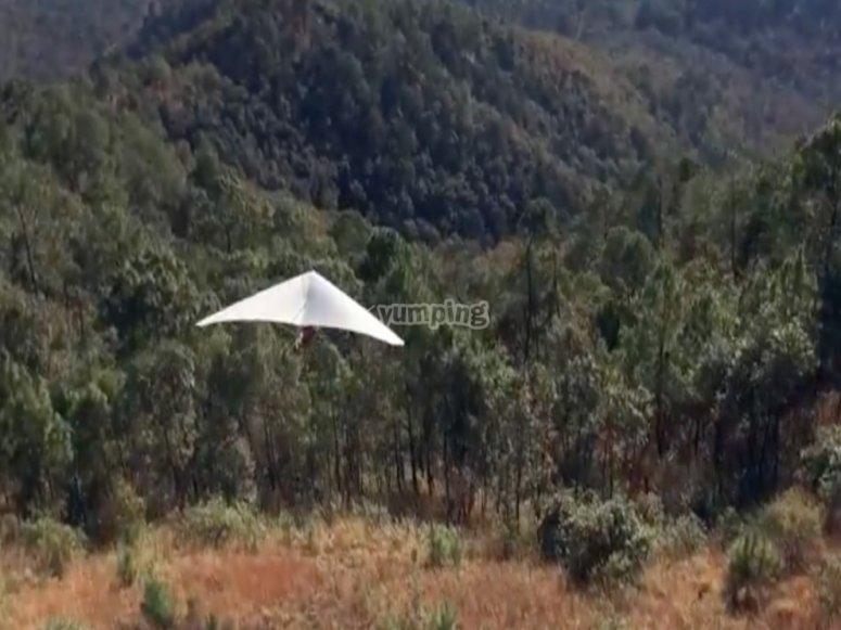 An amazing hang gliding flight