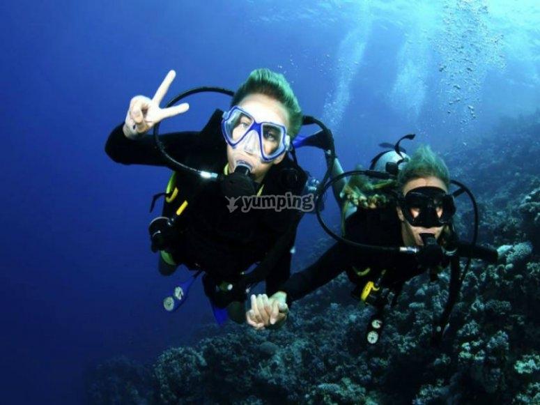 Buceo en mar cristalino
