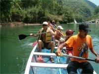 Remando en la canoa