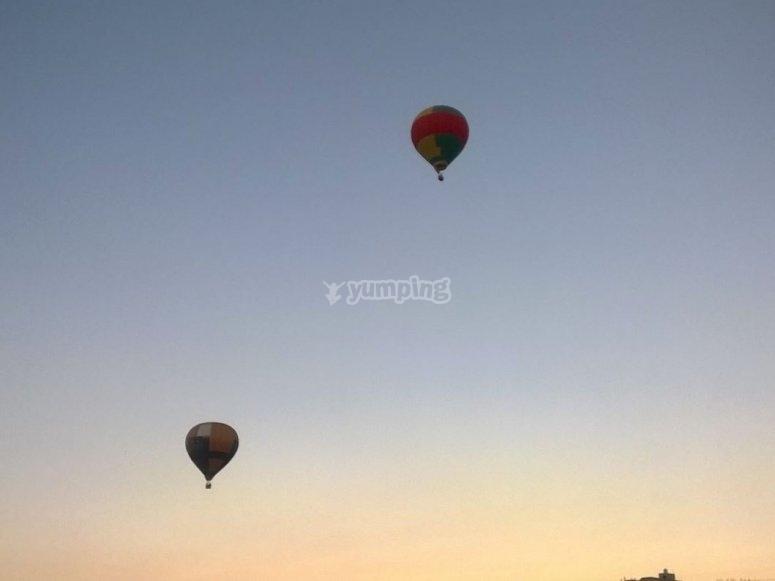 globos ascendiendo