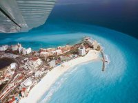 Sobrevuela Cancún al atardecer en avioneta