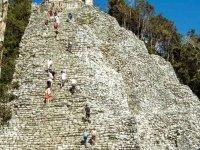 Subiendo la pirámide de Coba