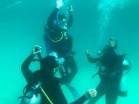 Practicando bajo el agua lo aprendido en clase
