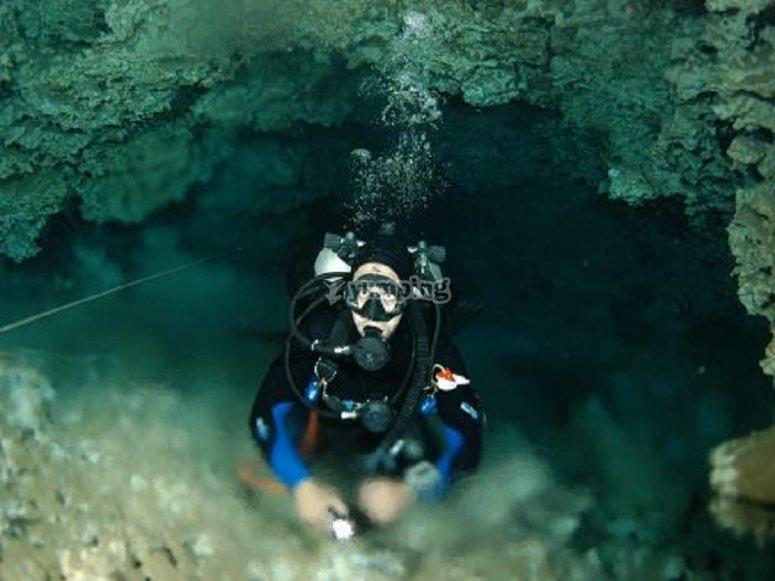 Buceador de cueva dentro de la haloclina